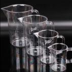 Caraffa graduata in plastica trasparente